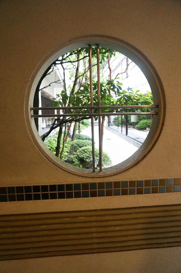 旅館の廊下窓