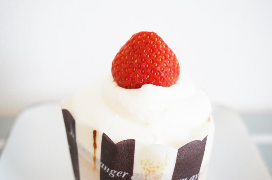 イタリアン・トマトケーキショップのいちごのカップケーキ