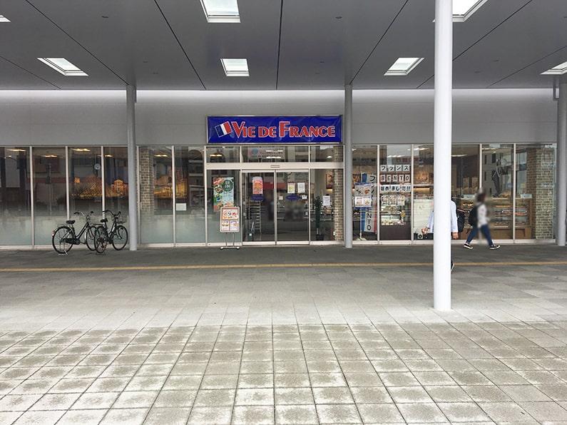 ヴィドフランス春日井店。カフェスペース併設できれいなお店です。